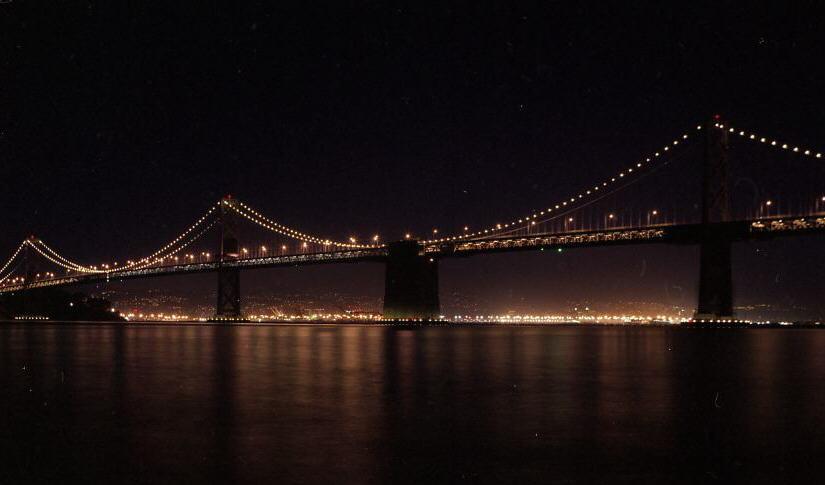 Oakland bay bridge från Ferry building plaza.